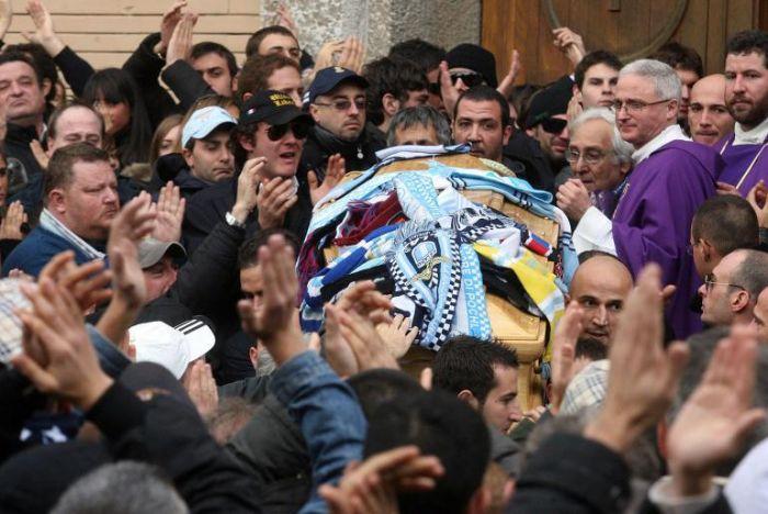 http://www.almanaccogiallorosso.it/2007-2008/Campionato/12Giornata/Funerali/16.jpg